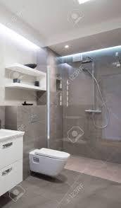 modernes badezimmer mit dusche mit glastür