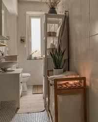 bathroom details der schöne wäschesammler ist bei