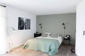 chambre parentale grise mettre de la couleur dans une chambre d adulte côté maison