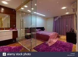 schlafzimmer mit bad die durch glaswände getrennt