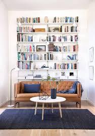 hohes bücherregal in elegantem wohnzimmer bücherreg