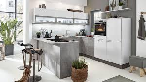wohnliche u küche mit esstheke interliving serie 3006 mit front in lack arcticweiß und beton