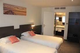 hotel et dans la chambre chambre 2 lits les chambres de l hôtel à crevin entre bain