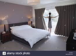 frau die zeichnung geöffnet gardinen schlafzimmer
