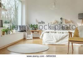 weißen runden teppich und gelb holz sessel in hellen