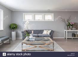 skandinavische einrichtung wohnzimmer mit grauen wände und