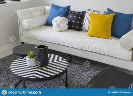 modernes wohnzimmer mit blauen weißen und gelben kissen auf
