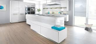 mod鑞es cuisines schmidt cuisine schmidt strass blanche laque brillante avec parquet au sol