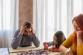 familie macht rätsel im wohnzimmer zu hause stockfoto bild