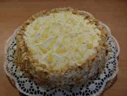 schicht torte aus weißer schokolade und eierlikör