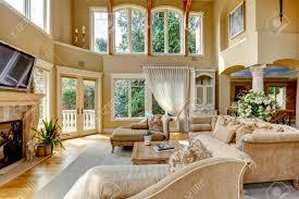 schöne hohe decke wohnzimmer mit tv kamin und antike möbel