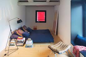 schmales schlafzimmer mit blauer nische bild kaufen