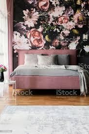 blumentapete in weiblichen rosa schlafzimmer innenraum mit grauen kissen auf dem bett echtes foto stockfoto und mehr bilder bett