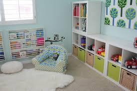 tapis chambre enfant ikea salle jeux enfant idée tapis de sol blanc fauteuil étagères