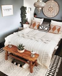 boho schlafzimmer mit weißer hochzeit und holzbank