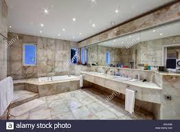 marmor badezimmer luxus villa stockfotografie alamy