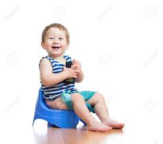 pot de chambre bébé drôle de bébé assis sur pot de chambre et écoute pda banque d