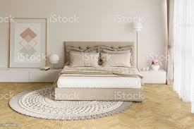 gemütliches beige schlafzimmer mit einem bild len nachttische runder teppich stockfoto und mehr bilder architektur