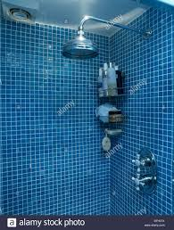 nahaufnahme chrom duschkopf im blauen mosaik gefliest