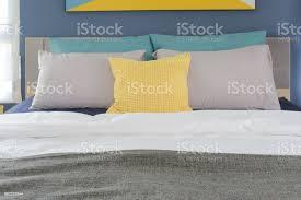 gelb grau und türkis farbe kissen auf bett im schlafzimmer stockfoto und mehr bilder architektur