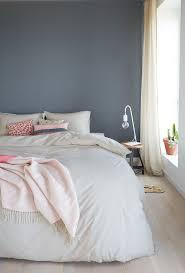ein hübsches blau grau als wandfarbe im schlafzimmer www