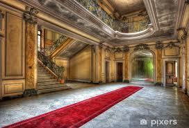 fototapete roter teppich im flur eines verlassenen herrenhaus