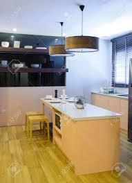 esstisch und küche mit deckenleuchte