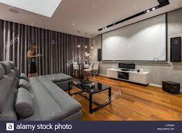 wohnzimmer mit leinwand grau und couchtisch schwarz