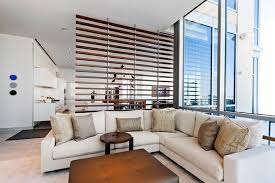 moderne wohnzimmer einrichtung und dezente raumtrennung mit
