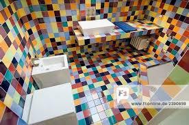 italien modernes badezimmer mit bunten fliesen