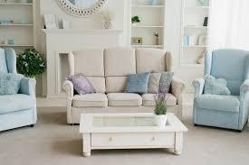 licht mit blauem wohnzimmer sofa sessel kamin und regale