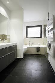 schmales badezimmer mit badewanne vor dem fenster schmales