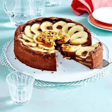 schoko apfelkuchen mit karamellsoße und mandeln