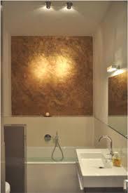 bad badezimmer mit gold über der badewanne contemporary