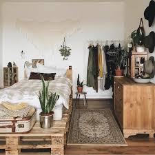 schlafzimmer mit palettenbett und wanddeko modern