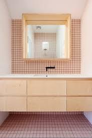 modernes badezimmer mit weißen und rosa fliesen wohnideen