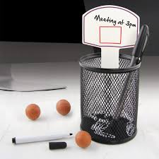 objet de bureau de bureau basketball avec pot à crayon et trois ballons gommes