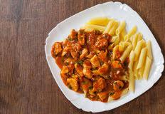 pates au blanc de poulet blanc de poulet en sauce tomate avec des pâtes de penne photo