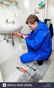 klempner reparatur ein waschbecken im badezimmer