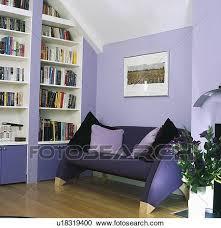 modernes dunkler purple sofa in mauve wohnzimmer mit