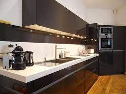 style de cuisine moderne photos tabouret de bar simple rembourré en cuir noir carré étagère lisse