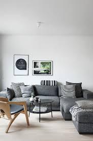 graues sofa mit schwarz weißen kissen im bild kaufen