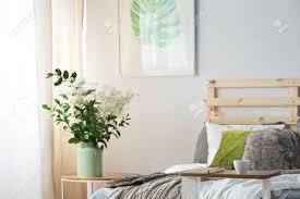 gemütliches schlafzimmer mit weißen blumen am bett