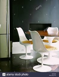 moderne esszimmer detail weiß aus kunststoff stühle bistro