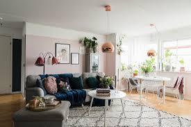 graues sofa und esstisch im wohnraum mit bild kaufen