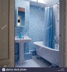 kunststoff blau duschvorhang über freistehende badewanne in