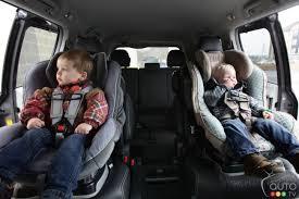 peut on mettre 3 siege auto dans une voiture enfant est il bien en sécurité dans siège d auto cet hiver