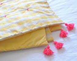 jeté de canapé jaune couette jeté de canapé jaune et gris avec nouettes et pompons en