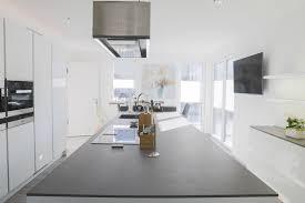 moderne weiße hochglanz küche mit insel hochglanz weiß