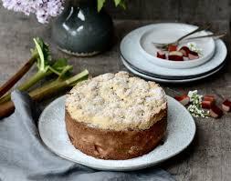 rhabarberkuchen mit weißer schokolade und haselnussstreuseln